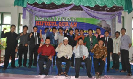 Foto-bersama-Rektor-IDIA-dengan-Panitian-Seminar-putra