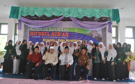 Foto-bersama-Rektor-IDIA-dengan-Panitian-Seminar-putri